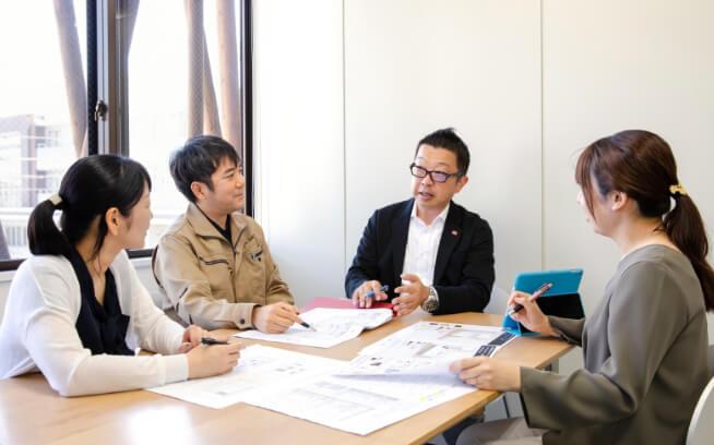 森住建の営業、設計、コーディネーター、工務スタッフが四者会議をするようす