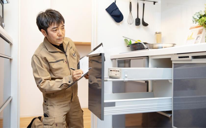 森住建住宅のキッチンの品質チェックをするスタッフ