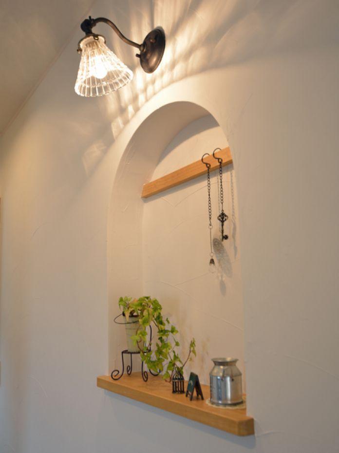 オシャレなニッチと可愛いキッチン作業台がある家